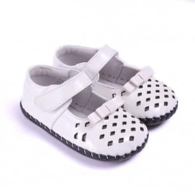 http://cdn2.chausson-de-bebe.com/2093-thickbox_default/caroch-baby-girls-first-steps-soft-leather-shoes-white-small-losanges.jpg